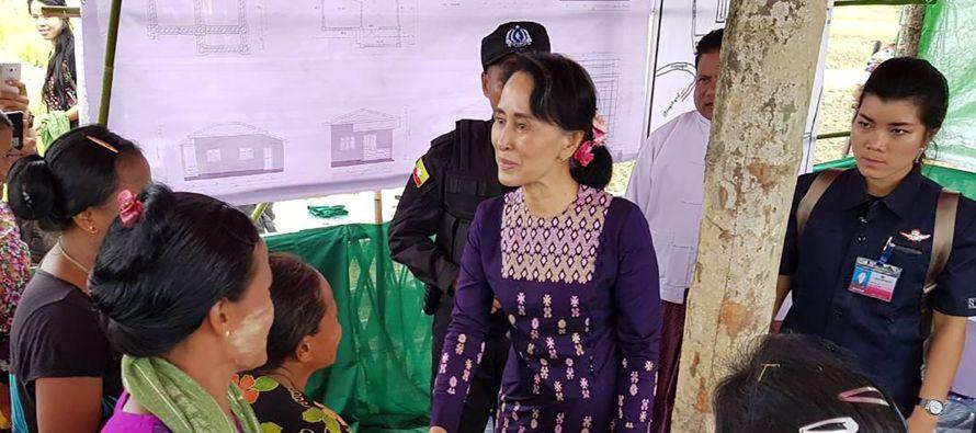 La visita sin anunciar de un día de Suu Kyi empezó en Sittwe, la capital de...