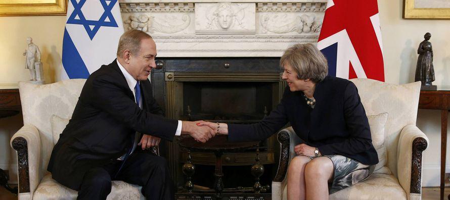 La primera ministra británica, Theresa May, respaldó hoy ante su colega...