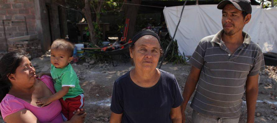 Han pasado dos meses y las calles de Ixtaltepec siguen llenas de polvo y tierra. Polvo de tabiques...