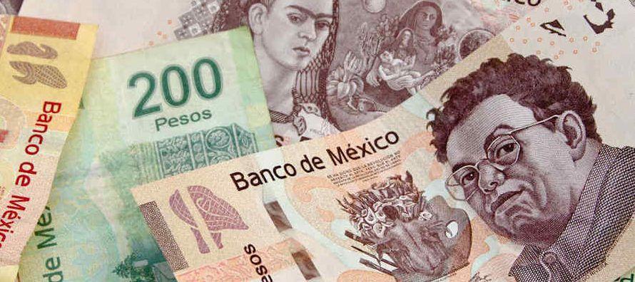 El peso mexicano operaba errático el viernes pero encaminándose a interrumpir una...
