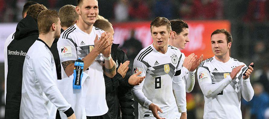 El DT alemán, Joachim Löw, volvió a hacer pruebas en el equipo y presentó...