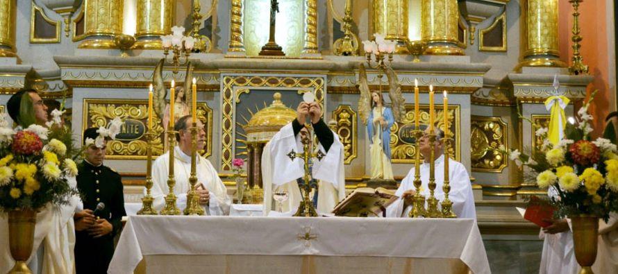 En todo caso, las posturas corporales ante la Eucaristía son básicamente tres: estar...
