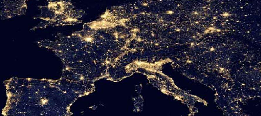 La superficie artificialmente iluminada de la Tierra crece tanto en tamaño como en brillo en...