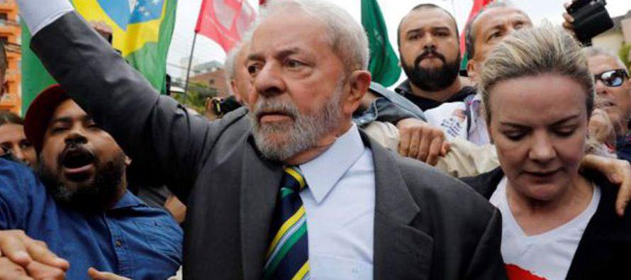 Lula, quien gobernó Brasil entre 2003 y 2010 y se encuentra acorralado por la justicia por...