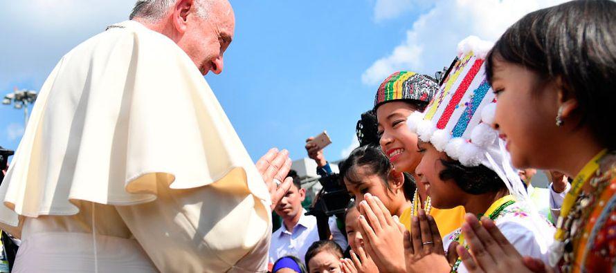 Francisco fue recibido por un grupo de niños vestidos con los trajes tradicionales, a...