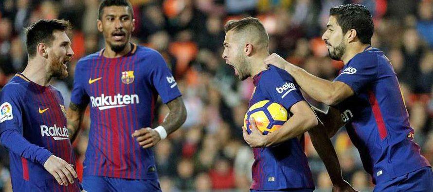 Messi remató a la media hora de juego y su tiro fue mal controlado por el arquero local...
