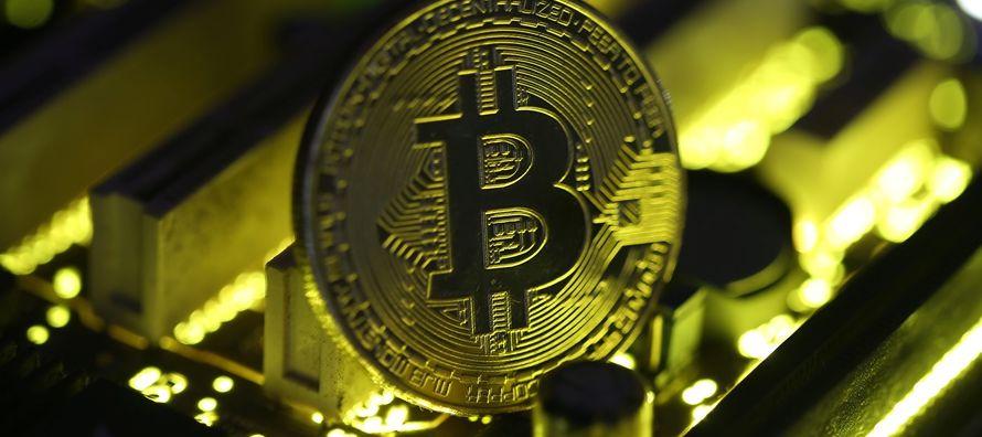 En el silencio de la noche, miles de ordenadores acuñan el dinero digital. Es la fiebre del...