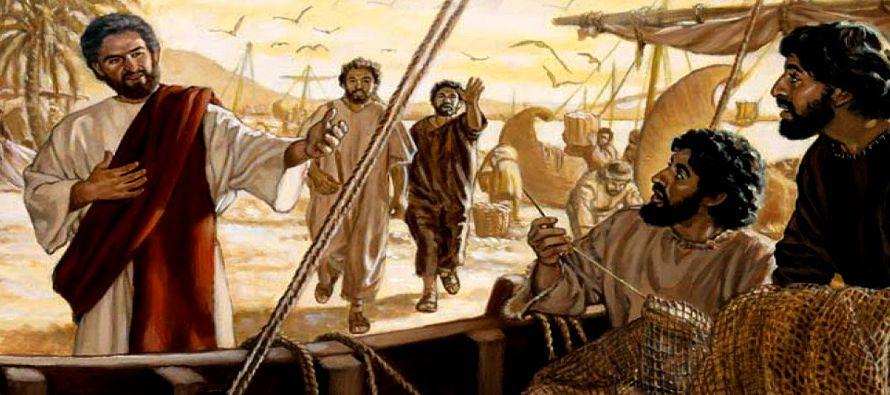 Caminando adelante, vio a otros dos hermanos, Santiago el de Zebedeo y su hermano Juan, que estaban...