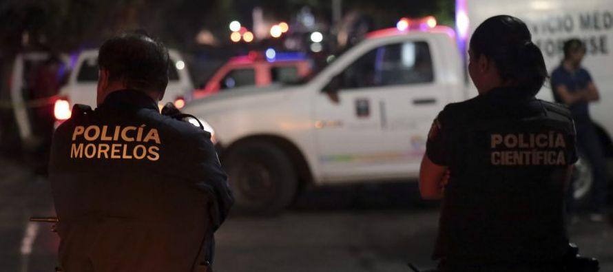 Después de dos horas de un intenso tiroteo, los policías decidieron lanzar gas...