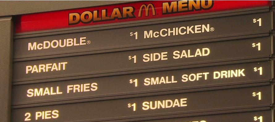 La decisión de McDonald's se produce en medio de una renovada guerra de precios entre...