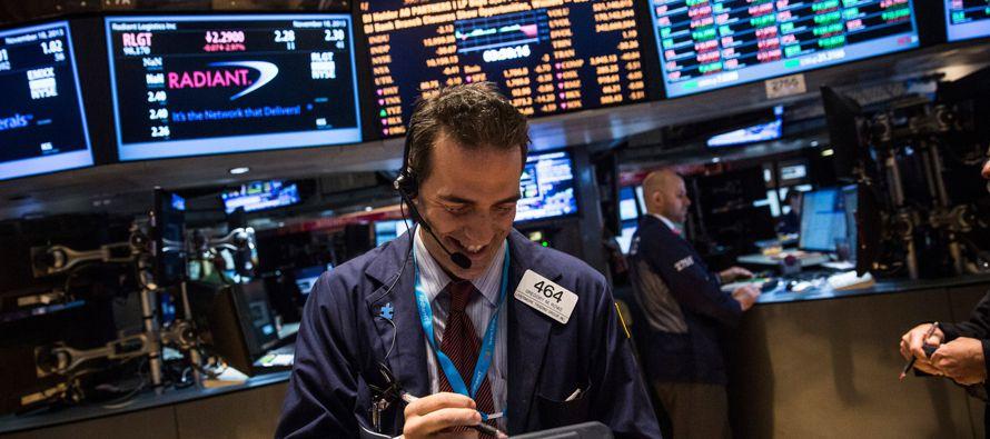 El índice S&P 500 cerró con una pérdida tras tocar un máximo...