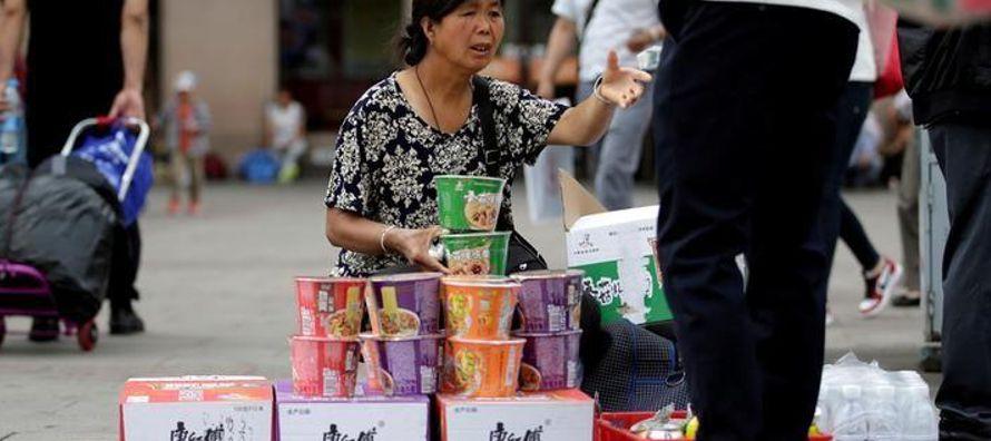 El crecimiento del sector de servicios de China repuntó en noviembre a un máximo en...