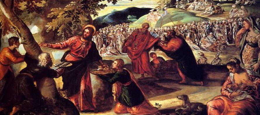 El mandó a la gente acomodarse en el suelo. Tomó luego los siete panes y los peces y,...