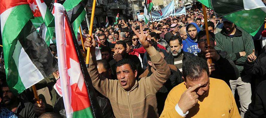 Además de en la capital jordana, las manifestaciones se producen en ciudades como Zarqa,...