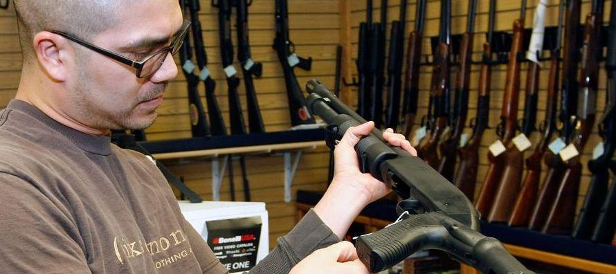 Las personas que figuran en esa base de datos no pueden adquirir armas, pero el reciente tiroteo en...