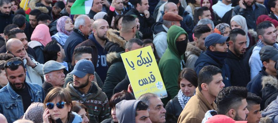 El ministro de Educación palestino, Sabri Saidam, respondió a la llamada decretando...