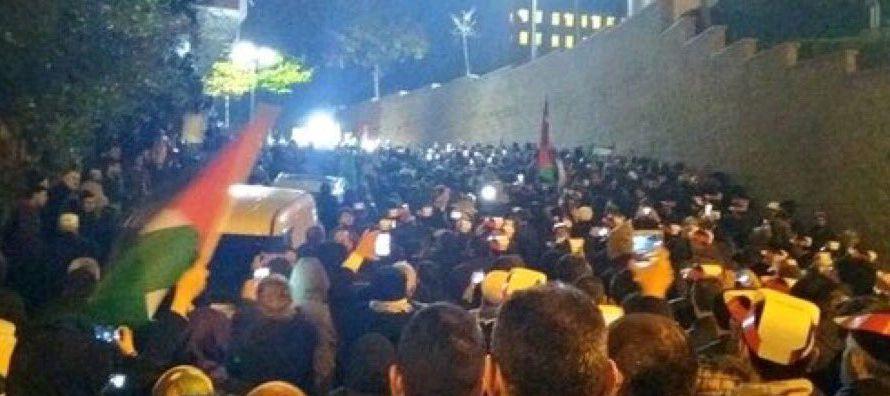 En Ramala (Cisjordania), cientos de personas se congregaron a mediodía en la plaza de Al...