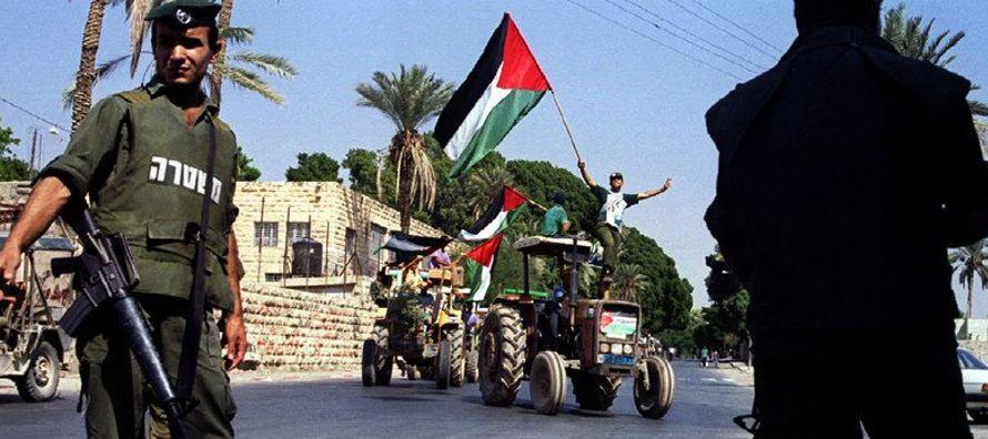 Hoy, cientos de palestinos se aproximaron a la línea divisoria de Gaza para protestar por la...