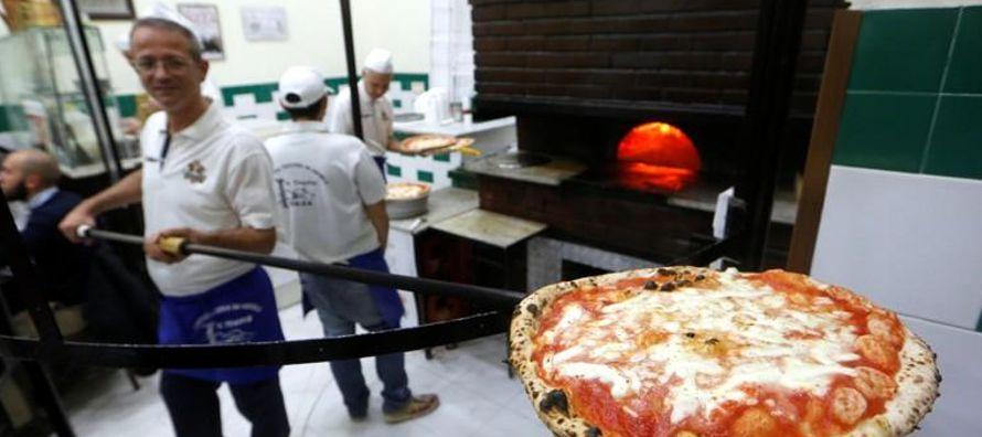 La pizza napolitana típica tiene una corteza relativamente delgada pero es más gruesa...