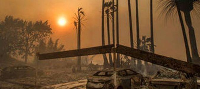 Ante el avance de las llamas, el Departamento de Bomberos de Los Angeles emitió nuevas...