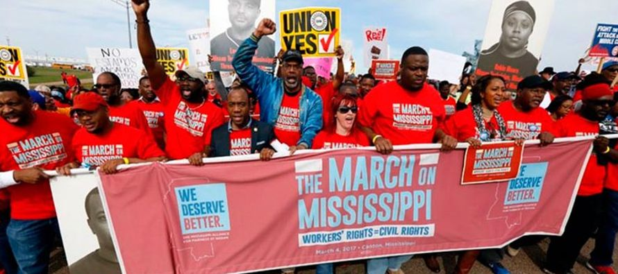 """""""En el otro, los trabajadores reciben menos salario"""" y sus condiciones laborales son..."""
