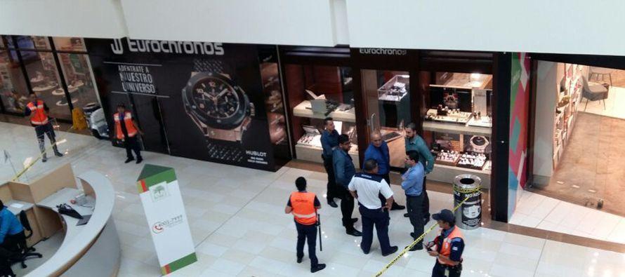 Los tres arrestados en el aeropuerto llevaban doce relojes de lujo cada uno, mientras a...