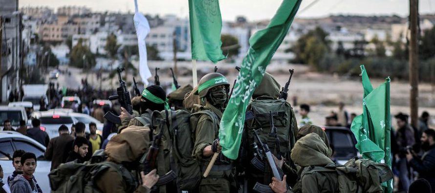 Cientos de ellos se aproximaron a la línea divisoria de Gaza para protestar por la...