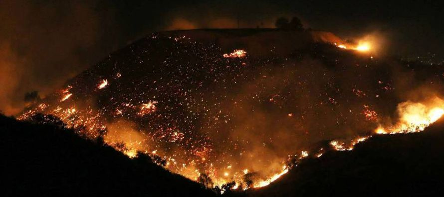 Los cuatro incendios continuaron avanzando la noche del miércoles, lo que hizo aumentar en...