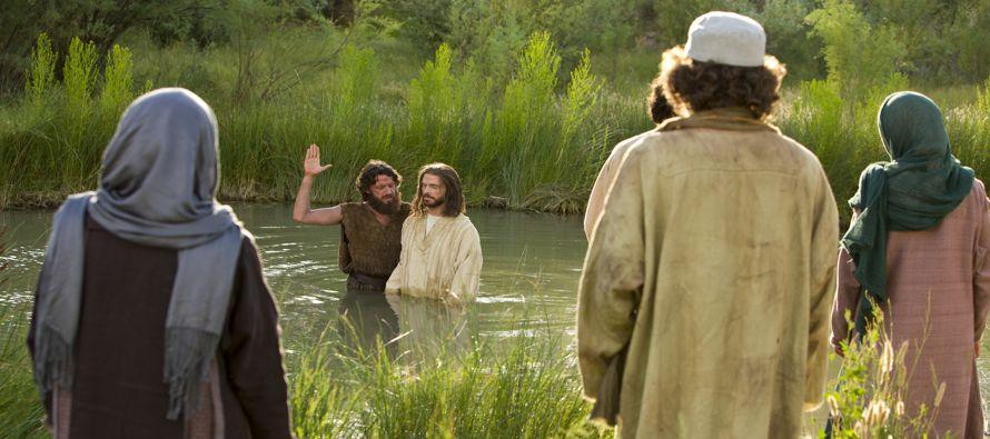 Apareció Juan bautizando en el desierto, proclamando un bautismo de conversión para...