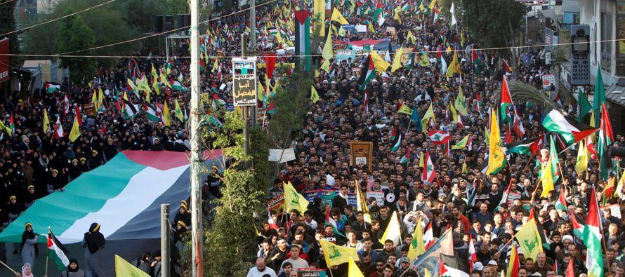 Ninguna bandera iraní ha ondeado este lunes sobre los allí presentes, más que...