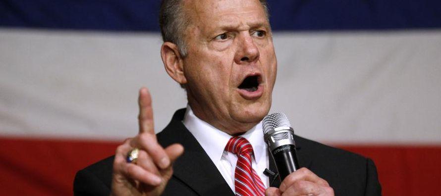 Aupado por el exestratega jefe de la Casa Blanca Steve Bannon, Moore decidió seguir en la...