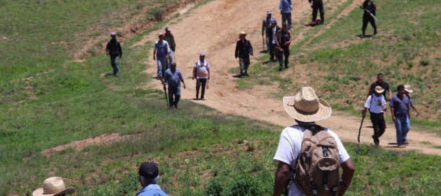 Seis desplazados por la violencia desatada entre los municipios indígenas de...