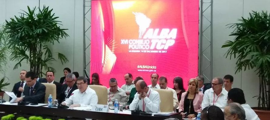 El presidente cubano, Raúl Castro, y su homólogo de Venezuela, Nicolás Maduro,...