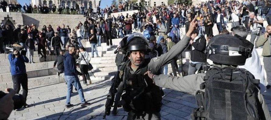 Dos personas murieron y 150 resultaron heridas en la frontera de la Franja de Gaza, donde miles de...
