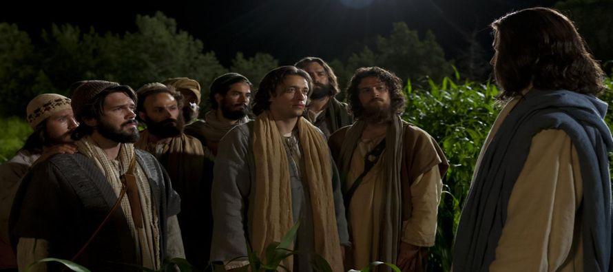Hoy, Jesús conversa con los discípulos cuando baja de la montaña, donde han...