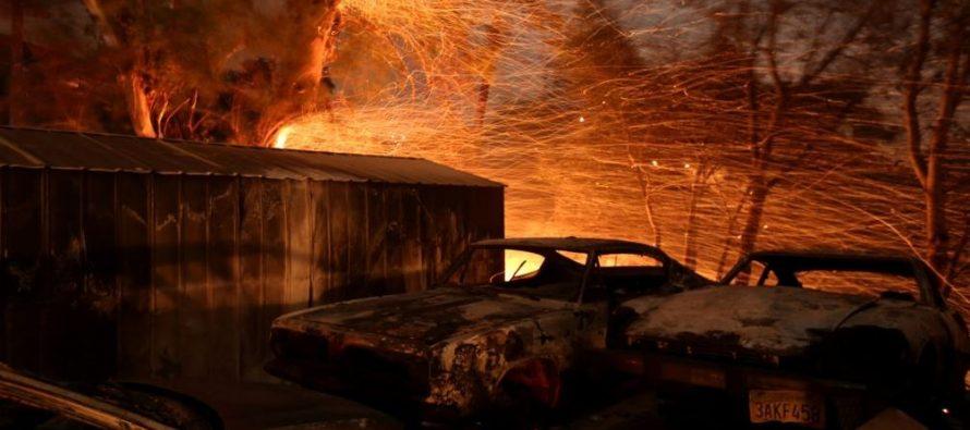 El incendio -bautizado como Thomas- ha destruido más de 1,000 estructuras, incluidas unas...
