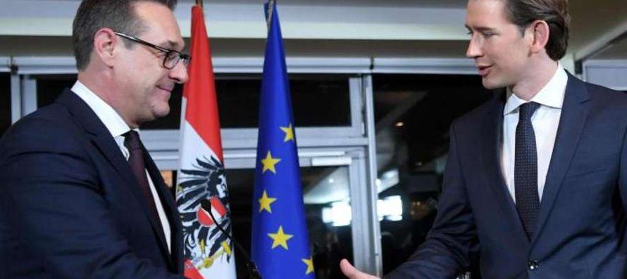Los 15 miembros del nuevo Gobierno, encabezados por el canciller y jefe del ÖVP, Sebastian...