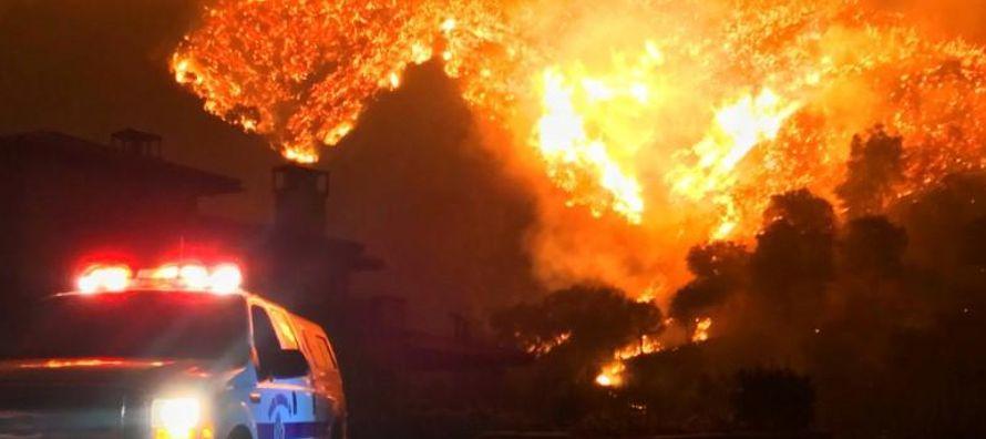 A última hora del domingo, más de 8,500 bomberos habían contenido cerca del 45...