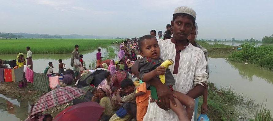 Casi de inmediato, los rohinyás empezaron su huida al vecino Bangladesh, escapando de lo que...