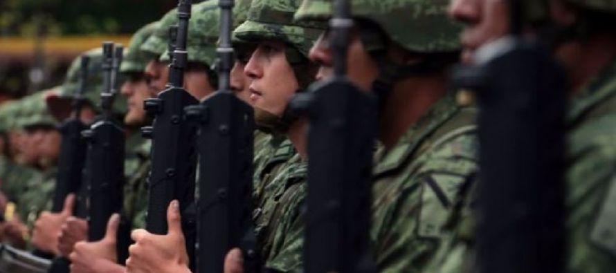 Durante la protesta, vigilada en todo momento por la policía de Ciudad de México, los...
