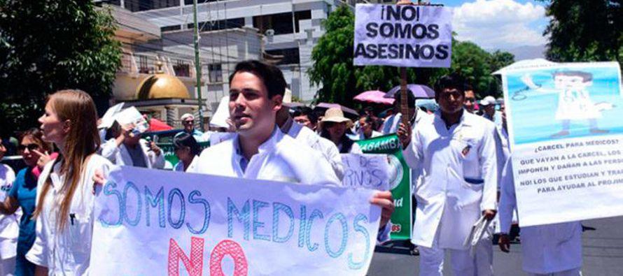 Una multitudinaria marcha integrada por médicos y estudiantes de medicina recorrió...