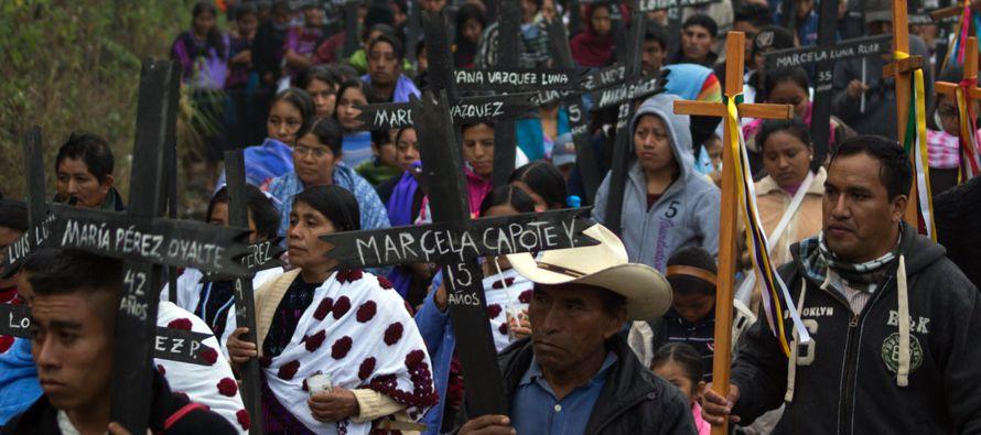 Cientos de personas marcharon hoy en Acteal, en el suroriental estado mexicano de Chiapas, para...