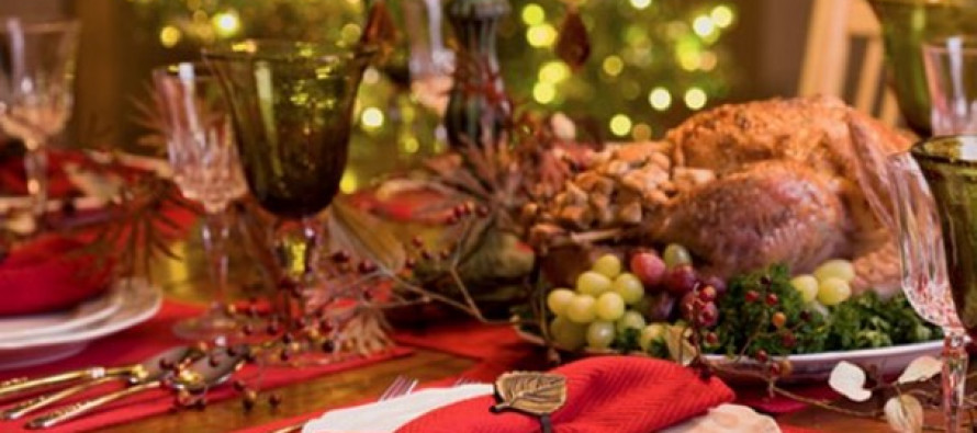 La ensalada de Nochebuena, elaborada con frutas y flor de Jamaica; los romeritos (hierbas) con mole...