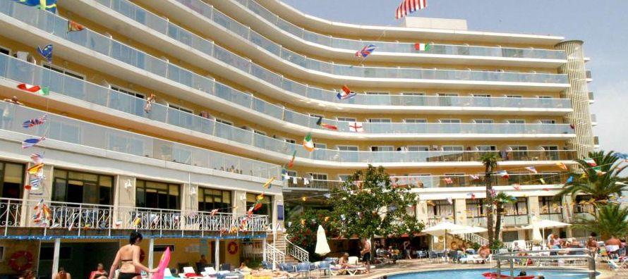 Además, se advertirá a los clientes de que la empresa y los empleados del hotel se...