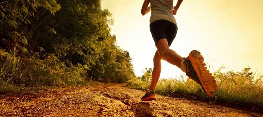 """Petersen recomienda realizar """"ejercicio aeróbico: caminar rápidamente, trotar,..."""