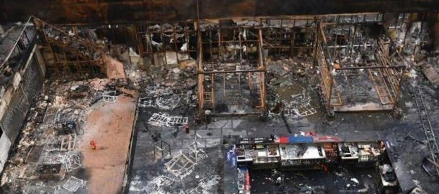 Los incendios y derrumbes de edificios son frecuentes en la India, a menudo debido al precario...