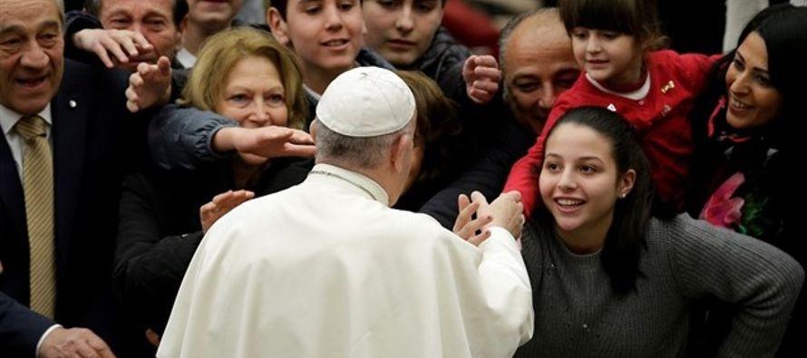 """""""Es en esta fe viva del santo pueblo fiel de Dios que todo teólogo debe sentirse..."""