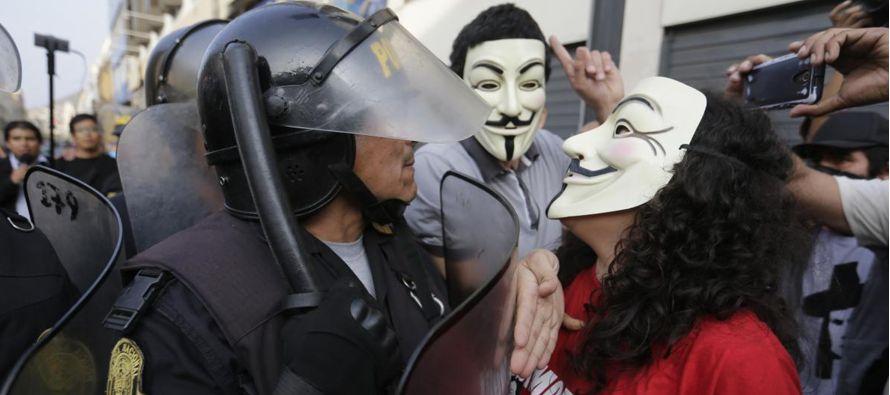 La manifestación generó que otro grupo de simpatizantes de Fujimori se acercara a...
