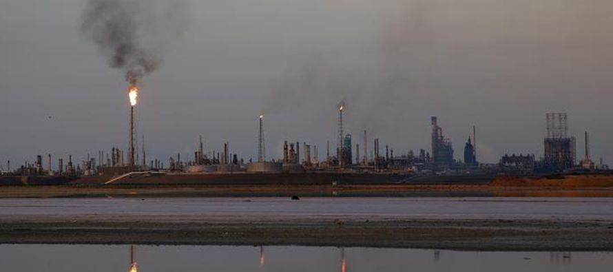 Amuay, con capacidad para procesar hasta 645,000 barriles de crudo por día (bpd), forma...