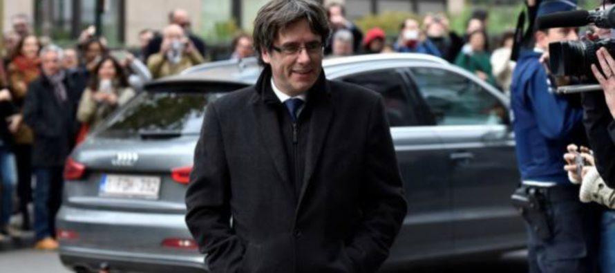 El expresidente del gobierno catalán Carles Puigdemont exigió hoy al jefe del...